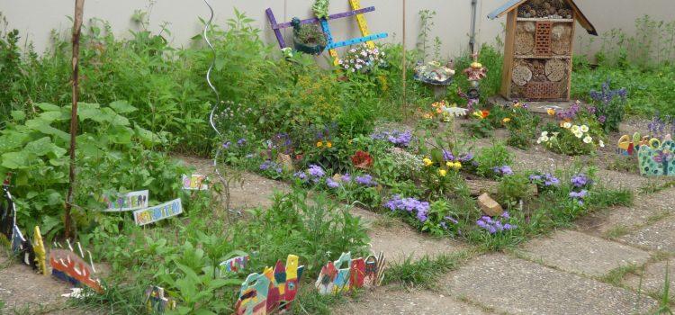 Gartenkeramik bereichert den Schulgarten