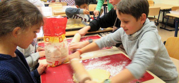 Weihnachtsbäckerei in der OGS