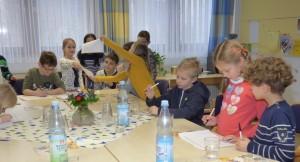 Die Klassensprecher erarbeiten gemeinsam ihre Vorschläge für das Leitbild der Schule.