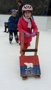 Das erste Mal auf dem Eis und gleich so mutig