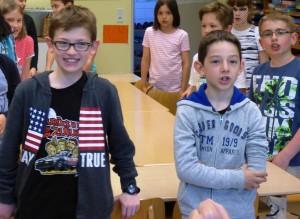 Auch die Viertklässler finden Gefallen am Singen verschiedener Laute.