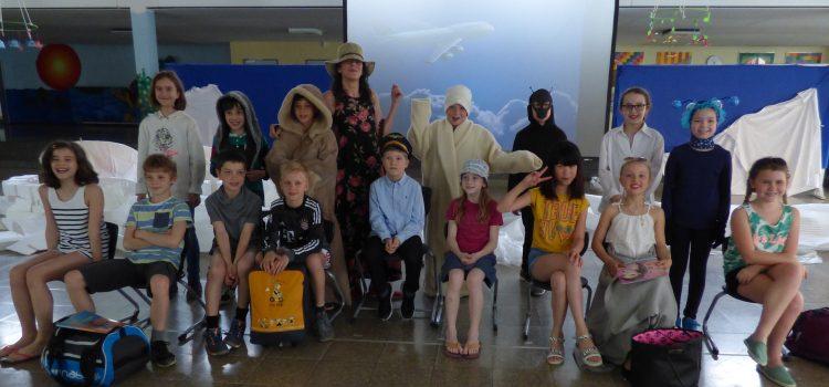 """Theateraufführung """"Am Nordpol mit Sommerkleidung"""" der Klasse 4b"""